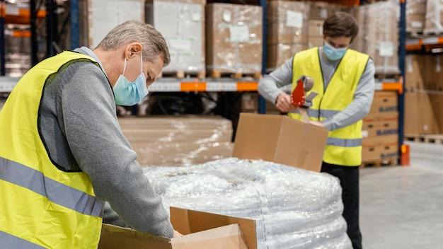 Мужчины на складе работают