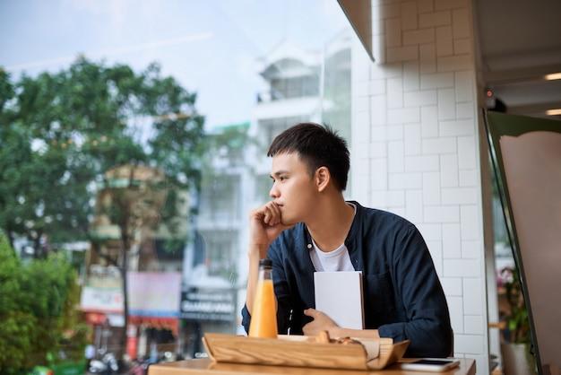 Мужчина сидит в кофейне и думает. выпечка и время чая