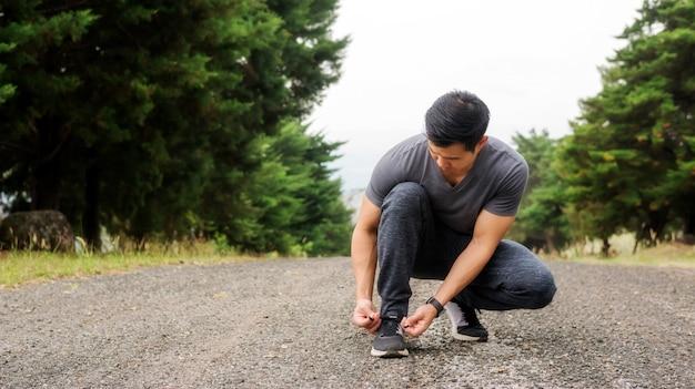 남자들은 무릎을 꿇고 운동을 준비했다.