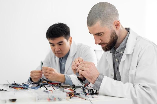 Uomini in laboratorio che fanno esperimenti