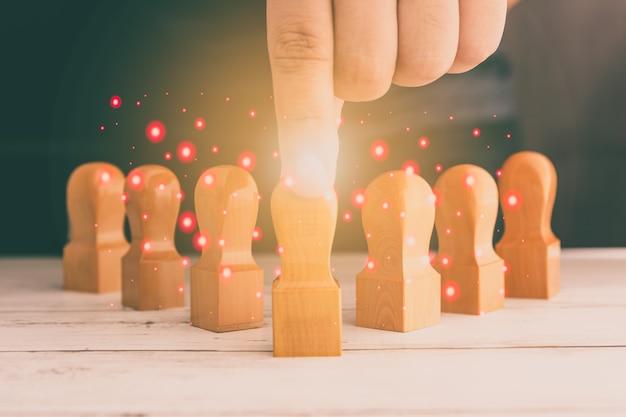 グループで木製の人形を並べる男性、ビジネスアイデア