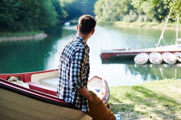 釣り旅行の前に景色を見ている男性