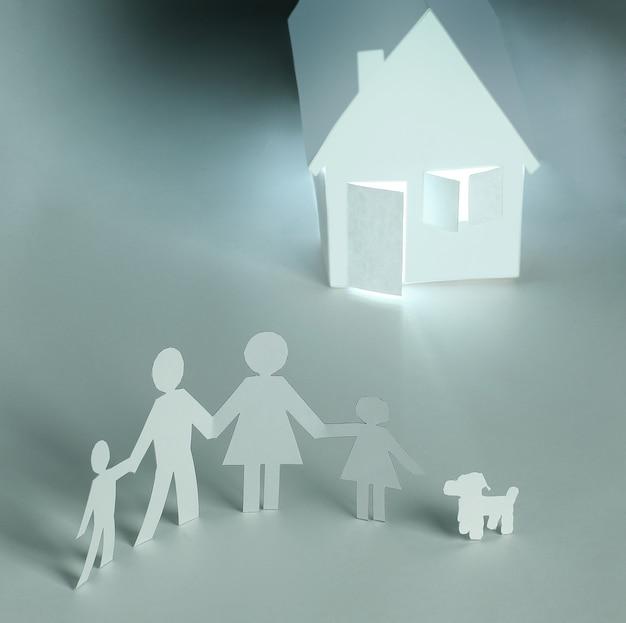 Мужчины из бумаги и бумажный дом. концепция ипотеки. фото с копией пространства