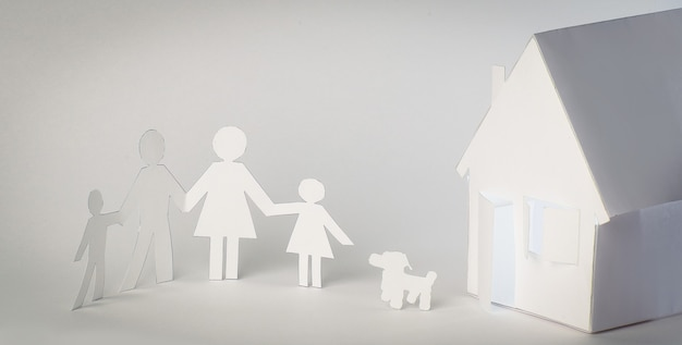 Мужчины из бумаги и бумажный дом. концепция ипотеки.