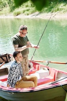 男性は釣りの準備をします
