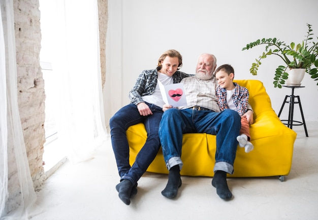 Мужчины разных поколений читают подарочные карты
