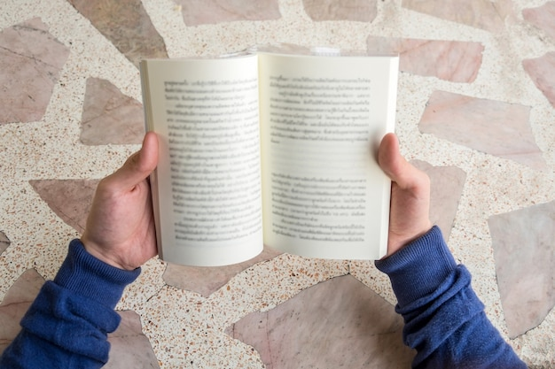 Мужчины открывают чтение книги на столе