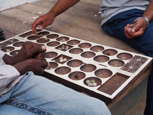 伝統的なゲームをする男性