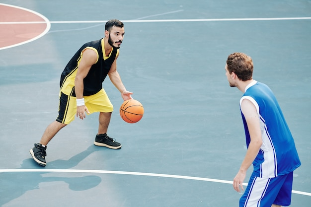 屋外でバスケットボールをする男性