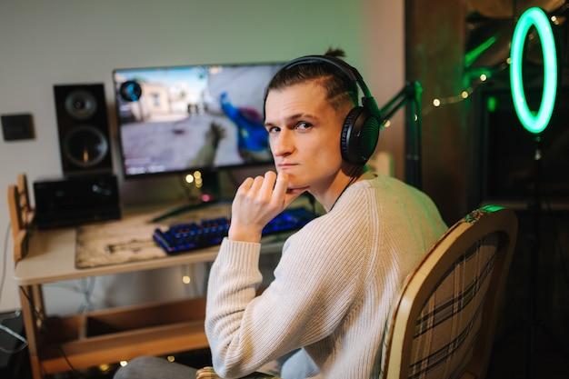 Мужчины играют в онлайн-видеоигры дома с помощью мощного компьютерного стримера.