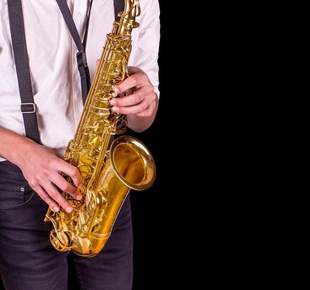 サックスを演奏する男性。サックスを演奏する男性のクローズアップ