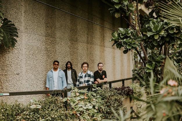 Uomini in posa in giardino, servizio fotografico in serra botanica