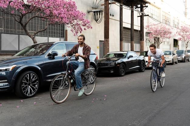Uomini che guidano le biciclette in città