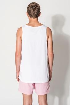 Canotta bianca da uomo e pantaloncini rosa per il servizio di abbigliamento estivo per adolescenti con spazio per il design design