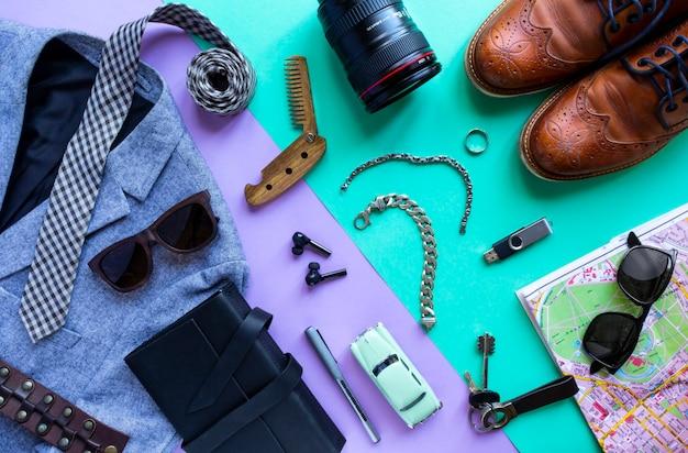 남성용 액세서리, 라일락 및 청록색 배경에 장치. 취소 여행 및 휴가, 평면도, 평면 누워의 개념.