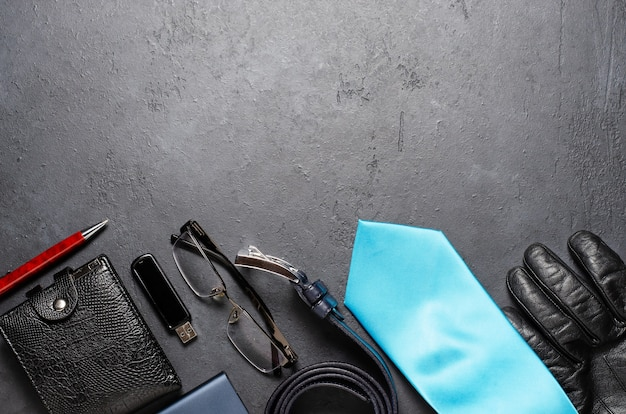 Мужские аксессуары на черном фоне бетона. концепция успешного современного мужчины. скопируйте пространство.