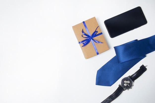 メンズアクセサリー。見て、ネクタイ、電話。男性への贈り物。コピースペース
