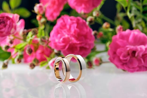 남자와 여자의 결혼 반지와 장미