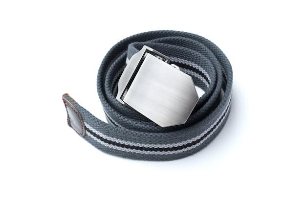 Мужской пояс, изолированные на белой поверхности. классический фасон модного ремня.