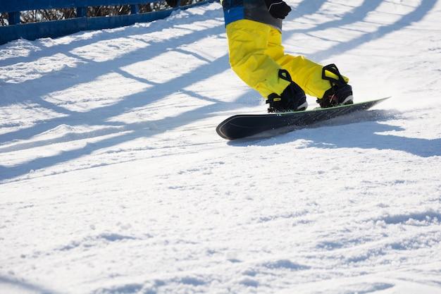 山の男性用ブーツとスノーボードフリーライダー冬のスポーツ、レジャーアウトドアライフスタイル