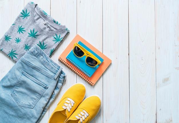 旅行者の男性のカジュアルな服装、夏休み