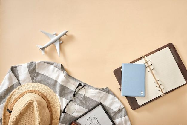 Мужские повседневные наряды с аксессуарами для путешествий во время отпуска