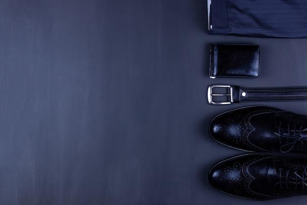 Мужские повседневные наряды с мужской одеждой и аксессуарами на сером гранж-фоне