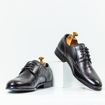 Мужские классические черные туфли крупным планом
