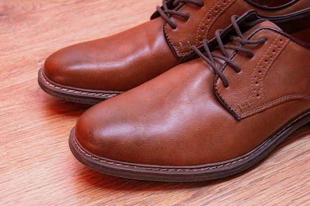 남성용 클래식 한 갈색 가죽 신발.