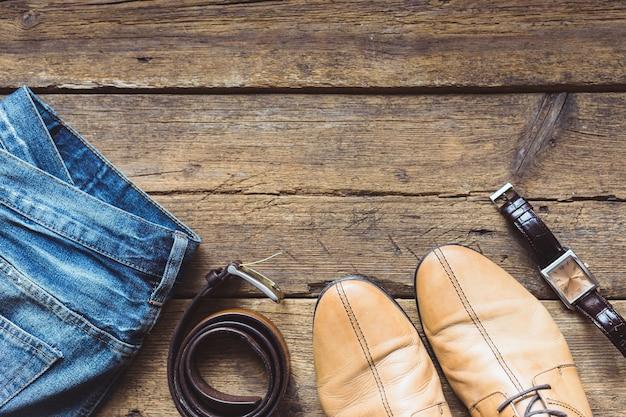Мужская одежда и аксессуары на деревянных фоне. вид сверху