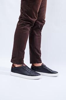 Комфортная мужская обувь из натурального материала, мужские кроссовки в стиле кежуаль на каждый день из натуральной кожи. фото высокого качества
