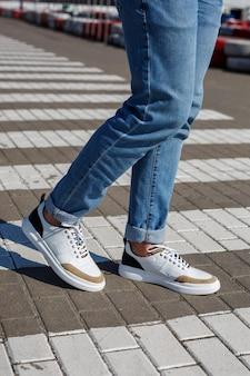 天然素材を使用したメンズの快適な靴、天然皮革を使用した毎日のケジュアルスタイルのメンズスニーカー。高品質の写真