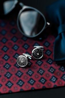 カフリンクスとサングラスを備えた男性用カフリンクス