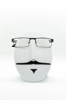 白い背景にファッショナブルな眼鏡をかけているメンズファッションマネキン。眼鏡