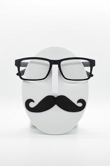 흰색 바탕에 유행 안경을 착용하는 남자의 패션 마네킹
