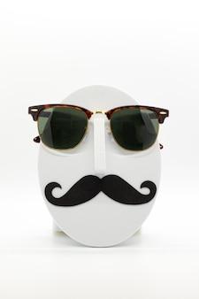 흰색 바탕에 유행 선글라스를 착용하는 남자의 패션 마네킹.