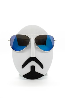 白い背景の上のファッショナブルなサングラスを身に着けているメンズファッションマネキン。