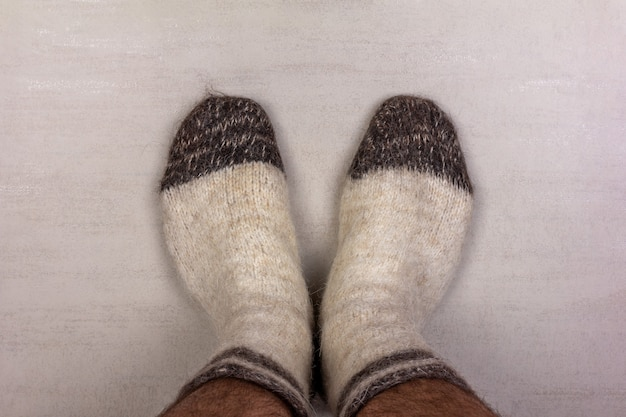 Мужские ножки в белых вязаных шерстяных носках