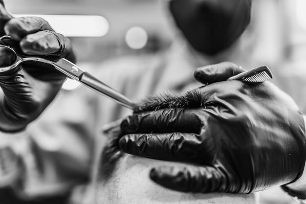 Мужская стрижка в парикмахерской. укладка и уход за волосами. салон красоты.