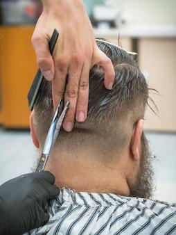 理髪店の男性の散髪はさみ。