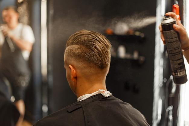 男性の髪型のクローズアップ。理髪店。ライフスタイル