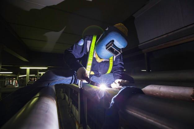 아르곤 용접 기계 수리 파이프 스테인리스 음료 아르곤 용접 산업 상단 작업 높이에서 남자의 손