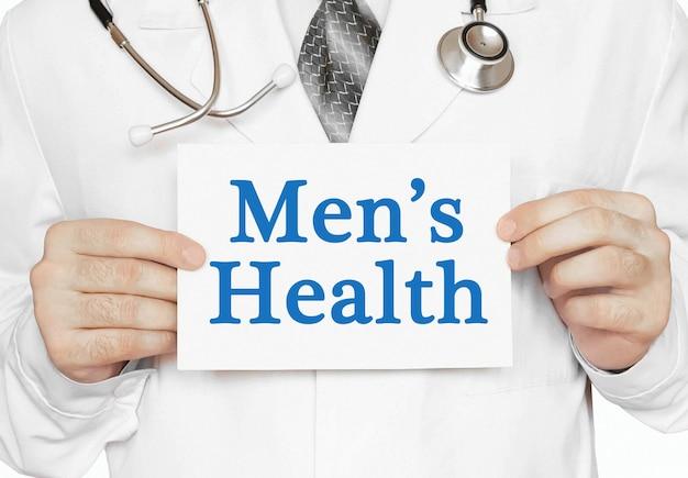 医師の手にある男性の健康カード