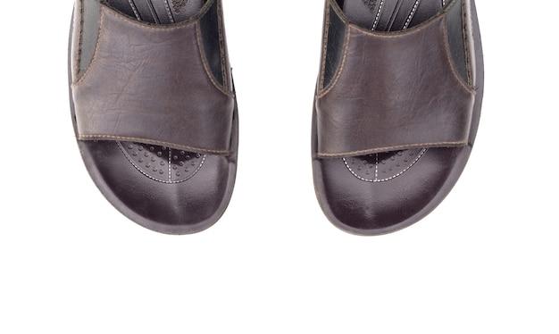 Мужские кожаные сандалии, изолированные на белом пространстве вид сверху
