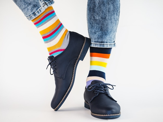 Мужские ножки, модная обувь и яркие носки. крупный план. концепция стиля, красоты и элегантности