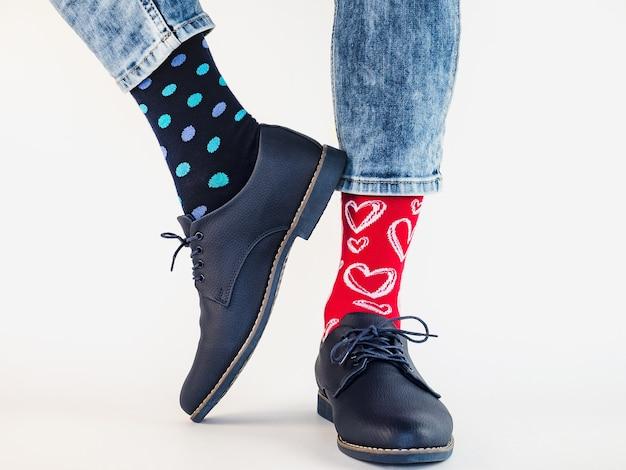 남자 다리, 트렌디 한 신발, 밝은 양말. 확대. 스타일, 아름다움 및 우아함 개념