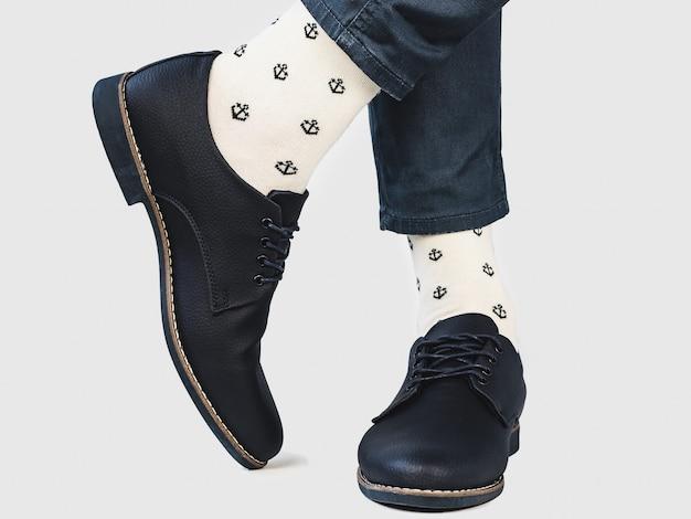 남자 다리, 트렌디 한 신발, 밝은 양말. 확대. 스타일, 아름다움 및 우아함 개념 프리미엄 사진