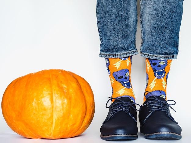남성용 다리, 트렌디한 신발, 밝은 양말. 확대. 스타일, 아름다움 및 우아함 개념