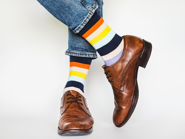 男性の足、流行の靴、明るい靴下