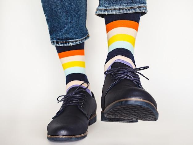 남자의 다리, 최신 유행 신발 및 밝은 양말